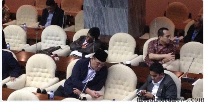Foto Adian Napitupulu Tidur Pulas Di Rapat Paripurna (merdeka.com)
