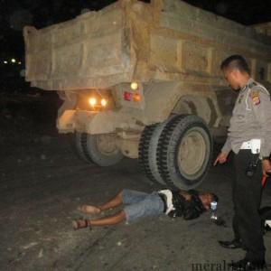 Kondisi Nur Cahyo Saat Menabrak Ban Belakang Truck Fuso (ctr)