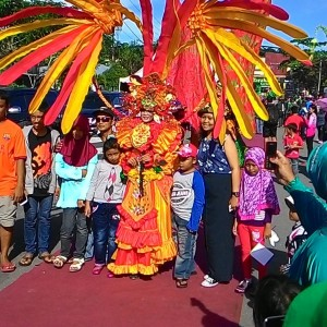 Meriah Pelaksanaan Tarakan Carnival 2014, Banyak Warga Yang Tidak Menyiakan Kesempatan Untuk Berfoto Bareng Peserta (fir)