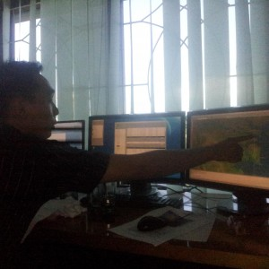 Muhammad Hermansyah Sedang Menunjukan Pusat Gempa Berdasarkan Pantauan Satelit BMKG Tarakan (ctr)