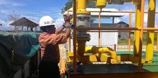 Koordinator Sewatama Area Kalimantan Timur dan Utara Aris Tengah Melakukan kontrol presure gas mesin Sewatama di Binalatung (run)