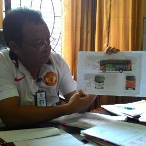 Plt.Disdik Tarakan Rifhanie Tengah Melihatkan Gambar Bus Sekolah (run)