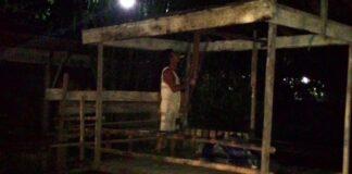 Bapak Santi saat membongkar sendiri lapaknya ketika di datang Satpol PP (run)