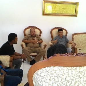 Sofian Raga didampingi Firmananur Sedang Berdialog dengan Perwakilan Buruh (run)