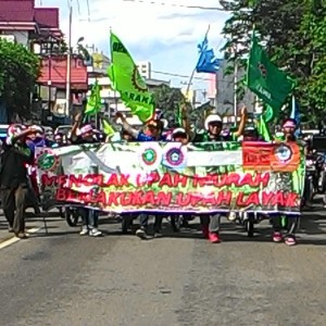 Aksi Long March Buruh Kota Tarakan Menuntut Kelayakan UMK 2015 (run)