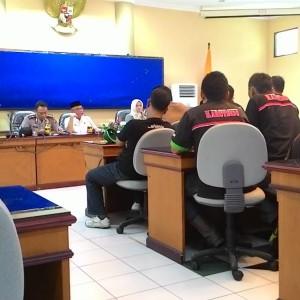 Rapat antara serikat pekerja dan walikota membahas penetapan UMK  di ruang Imbaya pemkot  Jum'at (21/11/2014) (fir)