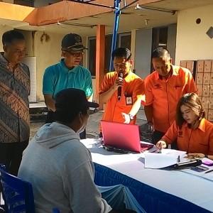 Walikota Tarakan Ir.Sofian Raga,M.Si bersama dengan Kapolres AKBP Sarif Rahman dan Kepala Kantor Pos Zainul Arifin melihat langsung penyaluran dana PSKS (run)