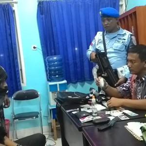 Komandan Lanud Tipe C Letkol (Pnb) Tiopan Hutapea (kanan) tengah memegang Sabu dan mengintrogasi SD di Mako Lanud (run)