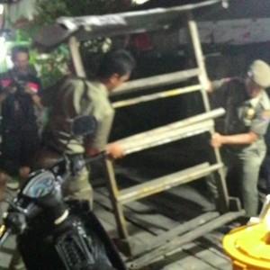 Satpol PP Menertibkan Lapak Pedagang Bensi Botolan (run)