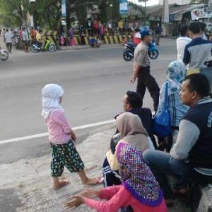 Antusias Warga Menunggu Kedatangan Presiden RI Ir.H.Joko Widodo (mr)
