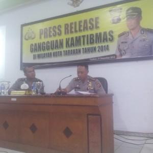 Kapolres Tarakan AKBP Sarif Rahman Tengah Memberikan Keterangan Keberhasilan Kinerja Polres Tarakan Selama 2014 (ctr)