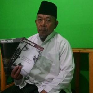 Ketua FKUB Tarakan Zainuddin Dalilla Dengan Buku dan Famplet Saksi Jehuwa Yang Disebarkan di Daerah Mamburungan Kecamatan Tarakan Timur (run)