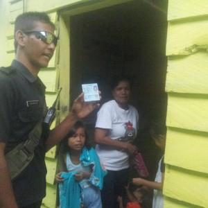 Petugas Tengan Memeriksa KTP Penghuni Rumah Sewa (ctr)