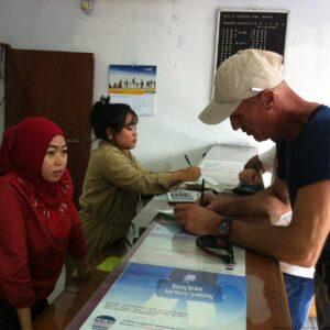 petugas money changer saat melayani WNA yang menukar uang (hfa)