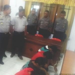 4 tersangka pembunuhan saat diamankan petugas Polres Tarakan (ctr)