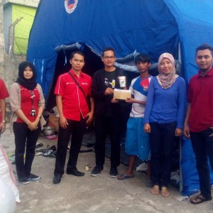 Hadi Istanto (baju hitam) Menyerahkan Bantuan Dari PDKT Untuk Korban Kebakaran Karang Rejo (run)