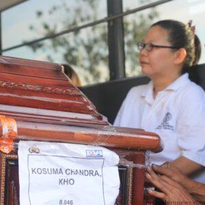 Peti jenazah Kosuma Chandra Kho saat tiba di Bandara Juata Tarakan (hfa)