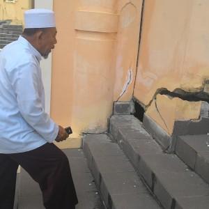 Ketua MUI Kaltara K.H.Zainuddin Dalilla Prihatin Dengan Kondisi Masjid Baitul Izzah Tarakan Pada Bagian Bangunan Pendukung Masjid Sudah Retak dan Mengalami Penurunan Bangunan (run)