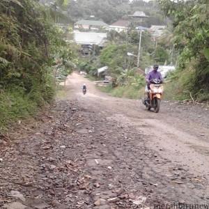 Kondisi jalan di RT 2 Kelurahan Mamburungan yang rusak (mei)
