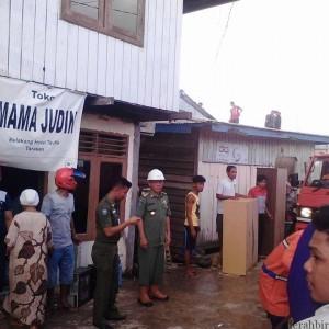 Sofian Raga yang turun langsung membantu petugas PMK untuk memadamkan api (mei)