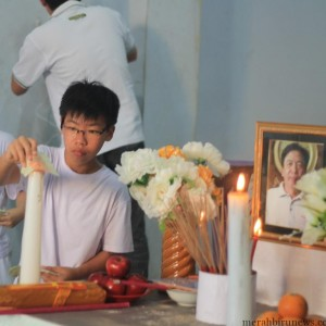 Michael Chandra Kho, anak dari Kosuma Chandra Kho saat memberi penghormatan kepada ayahnya (hfa)