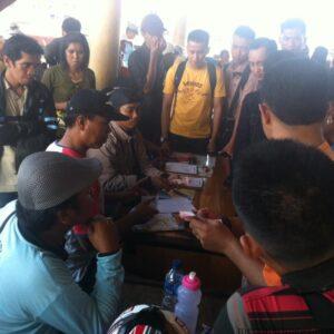 Sejumlah calon penumpang ke Tanjung Selor, mengantri membeli tiket speedboat kecil (hfa)
