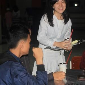 """Salah satu pelayan """"Genji""""Cafe melayani pengunjung (hfa)"""