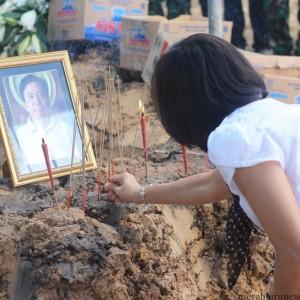 salah satu keluarga yang memberikan penghormatan terakhir kepada Kosuma Chandra sebelum dimakamkan (hfa)