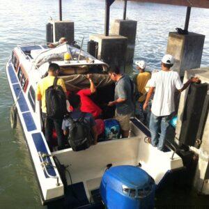 Calon penumpang speedboat kecil yang akan berangkat (hfa)