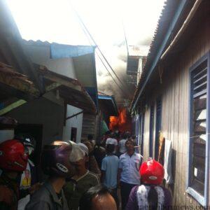 warga yang hanya menonton membuat petugas sulit padamkan api (hfa)