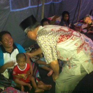 Intan Nuraini dan anaknya saat dikunjungi Walikota Tarakan Sofian Raga (hfa)