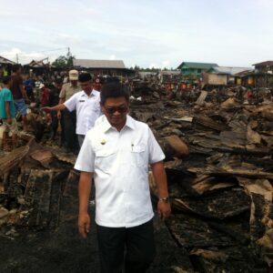 Pj Gubernur Kaltara Irianto Lambrie saat meninjau lokasi kebakaran di Kelurahan Selumit Pantai (hfa)