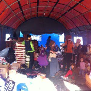 Suasana tenda pengungsi kebakaran Karangrejo yang penuh dengan logistik (hfa)