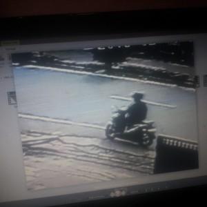 Aksi Maling (Oknum Dengan Motor Putih Metic) Di Posko KKN Mahasiswa UBT Yang Sempat Terekam CCTV. (ctr)