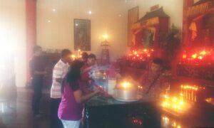 Etnis Tionghoa Tengah Bersembahyang Di Klenteng Toa Pek Kong Kota Tarakan (ctr)