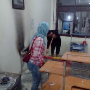 Staf BKD Tengah Membersihkan Ruangan Asal Api Yang Nyaris Membakar Kantor BKD (run)
