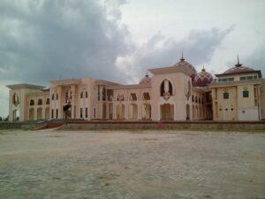 Telihat Megah Bangunan Bagian Belakang Masjid Baitul Izzah (Islamic Center), Namun Setelah Melihat Dari Dekat Banyak Terakan Pada Bagian Bangunan, Sehingga Sewaktu Waktu Bagian Belakang Masjid Rawan Runtuh. (run)