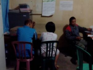 PD dan YN Tengah Tertunduk Lesu Saat Kedapatan Tim Razia Gabungan Satpol PP dan TNI Polri di Salah Satu Kamar Yang Ada Di Hotel Asia. (run)