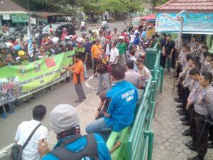 Aksi Serikat Pekerja Yang tergabung dalam SP Kahut, SP Kahutindo, dan SBSI Saat Melakukan Aksi Unjuk Rasa di Dinsosnaker Terkait Kriminalisasi Anggota Serikat Buruh Yang Dilakukan PT. Intraca Wood Manufacturing (run)