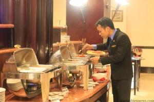 Aris Sima sedang mengecek kondisi buffet (hfa)