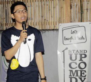 salah satu komika stand up comedy Tarakan sedang Openmic (standuptrk for merahbirunews.com)