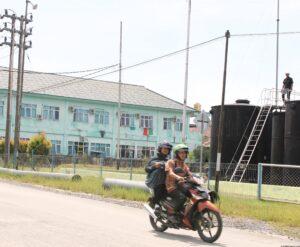 Salah Satu Bangunan Pendidikan Didaerah Kampung Satu/SKIP Nampak Terlihat Berdiri Berseblahan Dengan Kilang Minyak Aktif Milik PT.Pertamina (run)