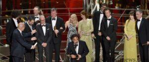 Kru dan para pemenang Birdman saat menerima piala Oscar (cnnindonesia)