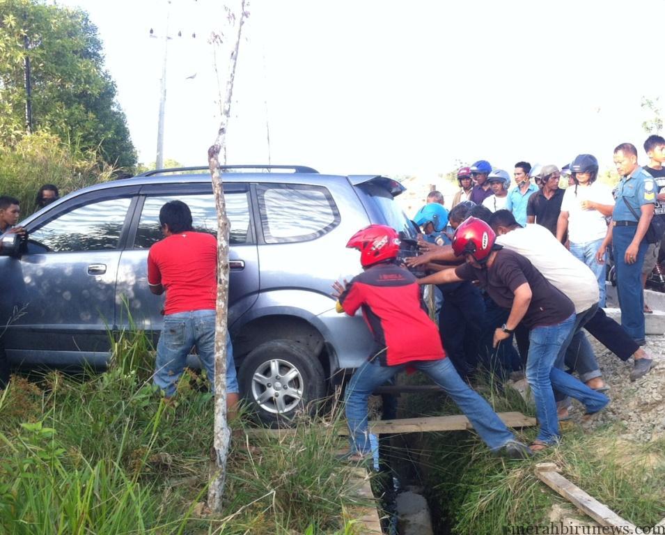 warga yang kebetulan melintas membatu proses evakuasi Xenia (hfa)