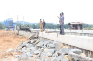 Pejabat dinas PU dan anggota komisi 3 DPRD Tarakan saat pantau proyek pembangunan turap belakang pasar tenguyun (hfa)