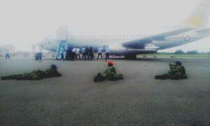Anggota TNI AU saat latihan pendaratan paksa pesawat asing (hfa)