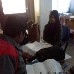 Sri saat diminta keterangannya oleh petugas Satpol PP (satpol pp for MBNews)