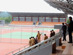 Pejabat Dinas PU dan Komisi 3 DPRD saat pantau lapangan tenis outdoor (hfa)