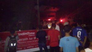 Warga Tengah Melihat Petugas Pemadam Kebakaran Yang Berupaya Memadamkan Api di Salah Satu Ruangan Kantor Telkom (run)
