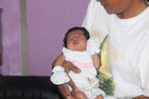 Bayi Hapiza saat di pelukan kakeknya (hfa)